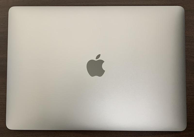 M1 MacBook Airにwraplusスキンシール天板用を貼る前