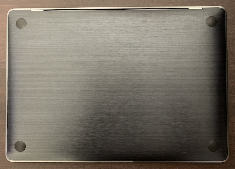 M1 MacBook Airにwraplusスキンシール底面用を貼った後