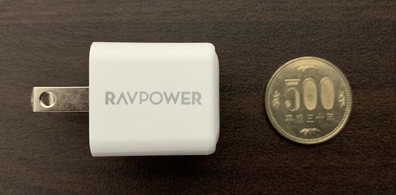 RAV Power 20W 急速充電対応・小型・軽量充電アダプタ RP-PC150の側面を500円玉と比較