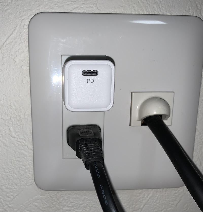 RAV Power 20W 急速充電対応・小型・軽量充電アダプタ RP-PC150は他のコンセント差し込み口に干渉しない