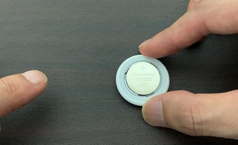 Apple AirTag 初期化のためにボタン電池をセット