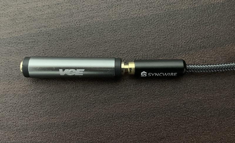 SYNCWIREの3.5mmステレオミニプラグ オーディオケーブルを延長コネクタに接続