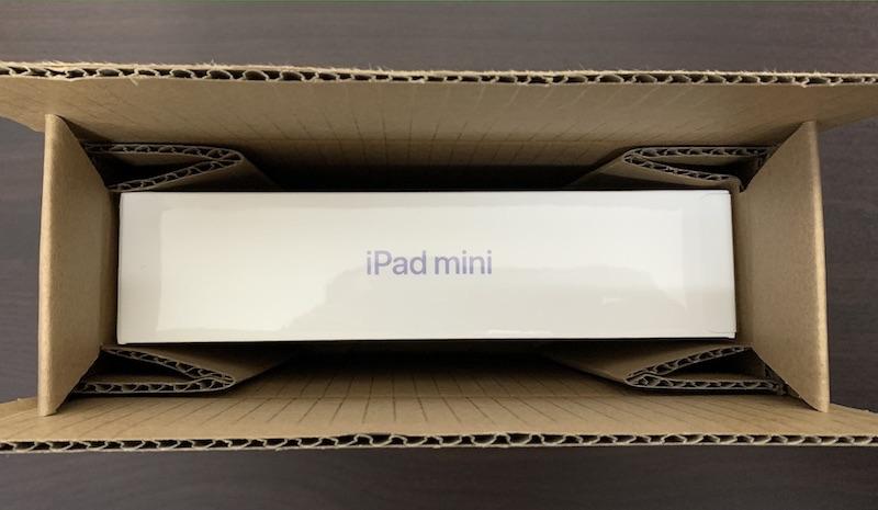 iPad mini6の配送用段ボール箱に入っているパッケージ