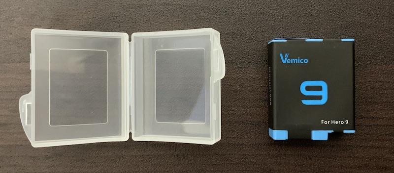 GoPro9、GoPro10で使えるVemicoのバッテリーと充電器(バッテリーをケースから出した所)